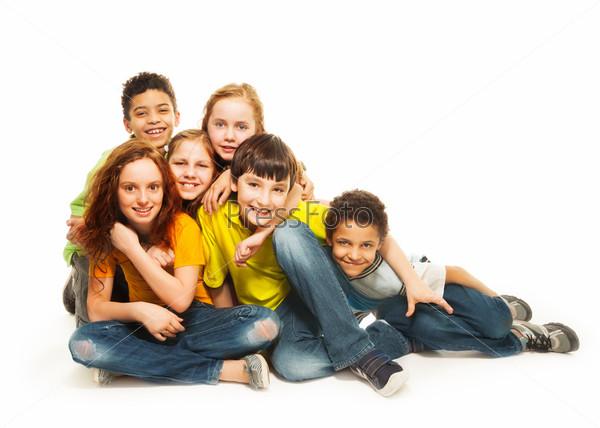 Фотография на тему Группа разнообразно выглядящих детей