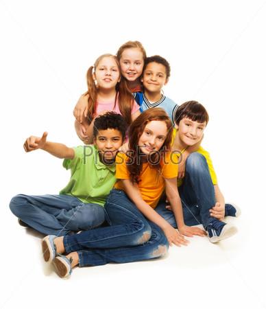 Фотография на тему Группа счастливых разнообразно выглядящих детей