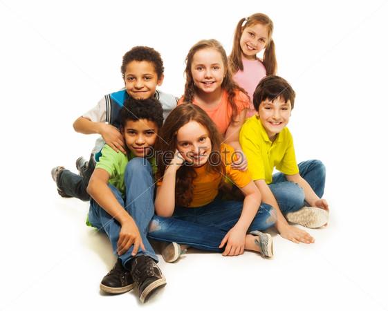 Группа счастливых разнообразно выглядящих детей