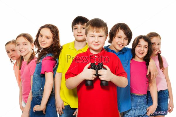 Мальчик с биноклем в группе