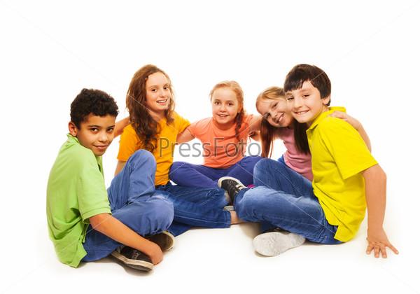 Счастливые дети в полукруге