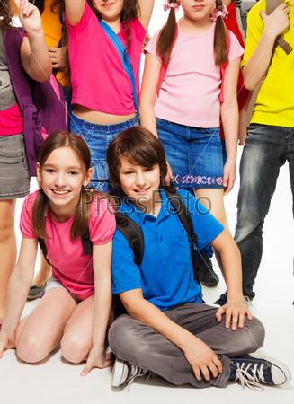 Фотография на тему Пара детей среди друзей