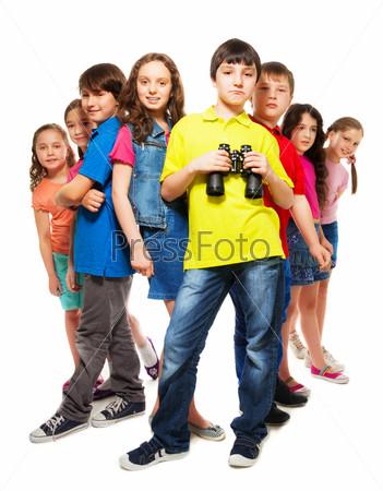 Группа людей и уверенный мальчик с биноклем