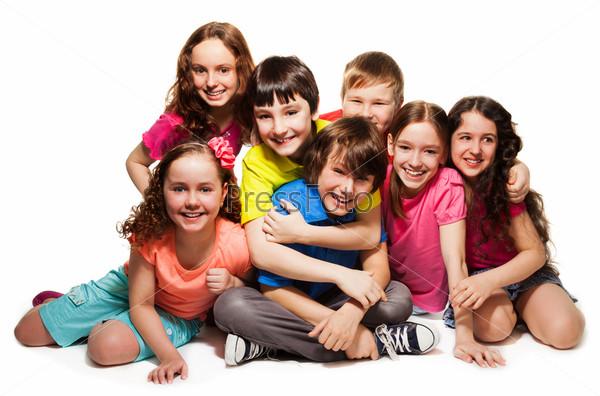 Фотография на тему Группа счастливых обнимающихся детей