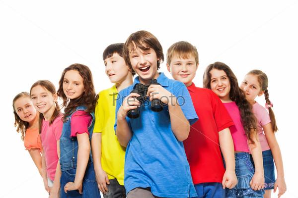 Счастливый мальчик с биноклем в группе