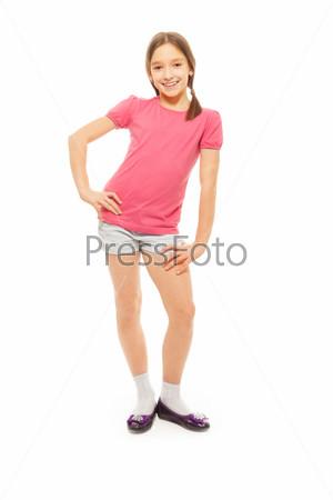 Портрет красивой и счастливой девочки в полный рост