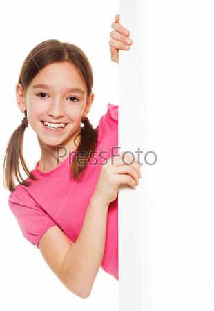 Красивая девочка с рекламным щитом