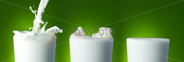 Заполнение стакана молоком