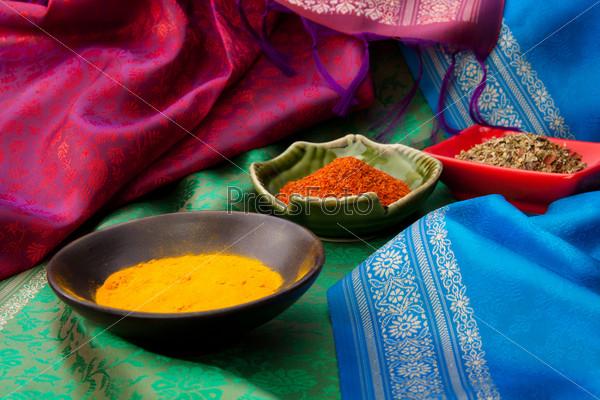 Индийская ткань и специи