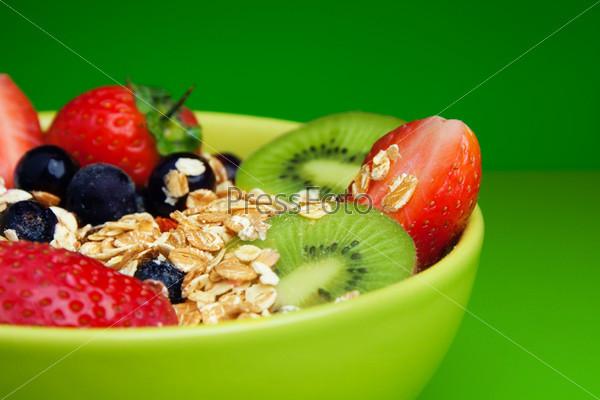 Полезные мюсли с фруктами на завтрак
