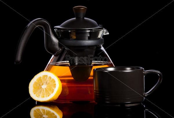 Чай в прозрачном чайнике и лимон