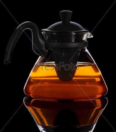 Фотография на тему Свежий чай в чайнике на черном фоне