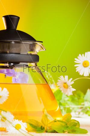Фотография на тему Чайник с горячим травяным чаем