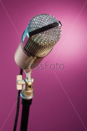 Сверкающий микрофон, ожидающий звезду