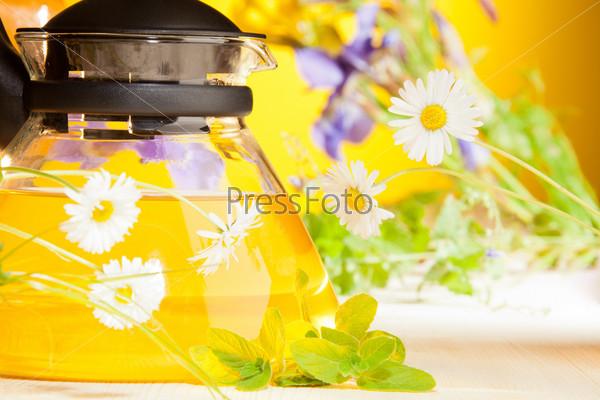 Фотография на тему Горячий чайник с ромашками