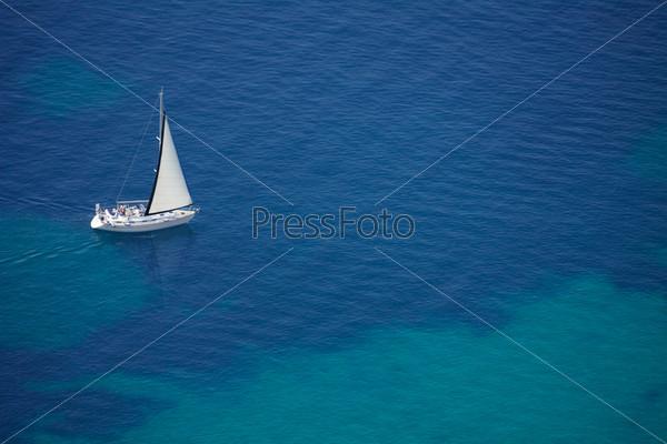 Парусник в спокойном Адриатическом море