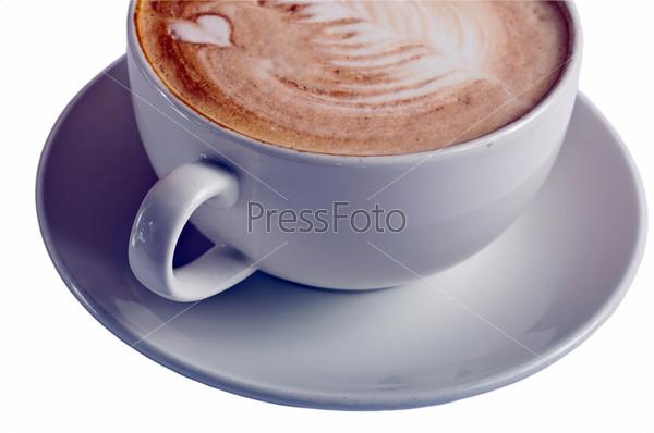 Чашка капучино на белом фоне