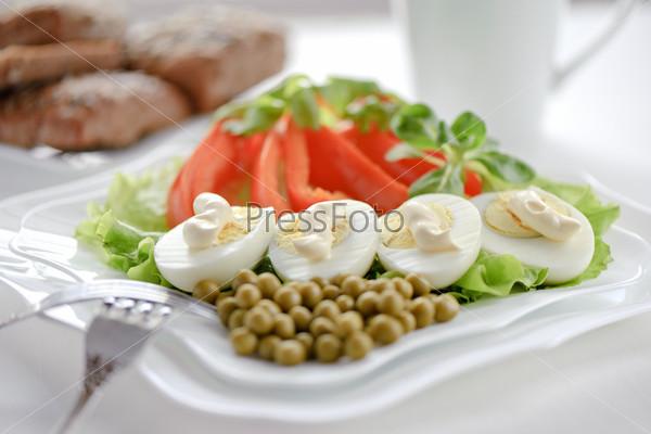 Вареные яйца на листьях салата