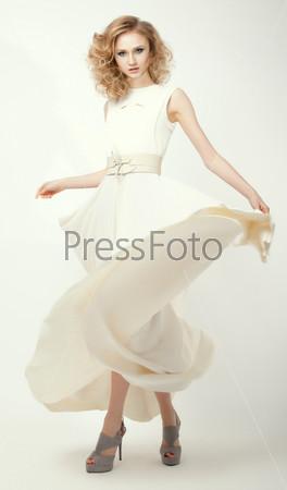 Женственность. Модель в длинном легком платье. летняя коллекция