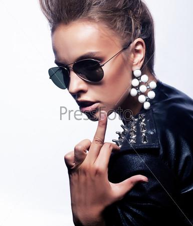 Агрессия. Злая женщина рокер показывает средний палец. Концепция провокации