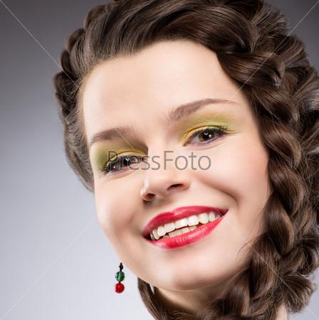 Фотография на тему Удовольствие. Образ жизни. Женщина с заплетенными каштановыми волосами. Широкая улыбка