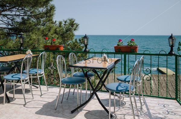 Фотография на тему Интерьер кафе с видом на море