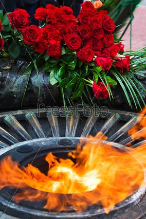 Возложение цветов у вечного огня, зажженного в честь победы во второй мировой войне