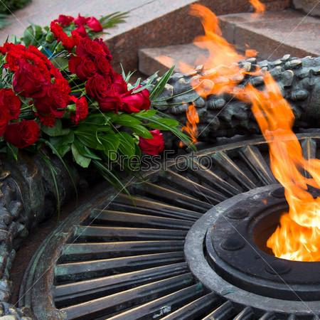 Фотография на тему Возложение цветов у вечного огня, зажженного в честь победы во второй мировой войне
