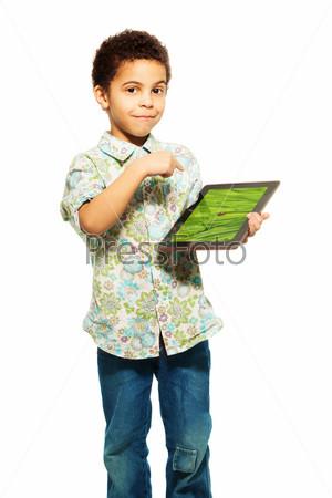 Темнокожий мальчик показывает фото на планшетном компьютере