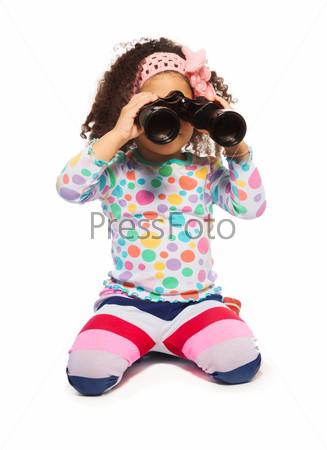 Портрет милой темнокожей девочки с биноклем