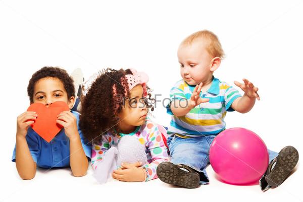 Фотография на тему Трое маленьких играющих детей