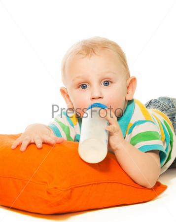 Малыш пьет смесь из бутылки