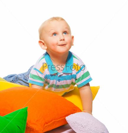 Фотография на тему Улыбающийся мальчик в подушках