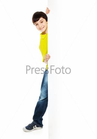 Мальчик в красной рубашке с пустым баннером