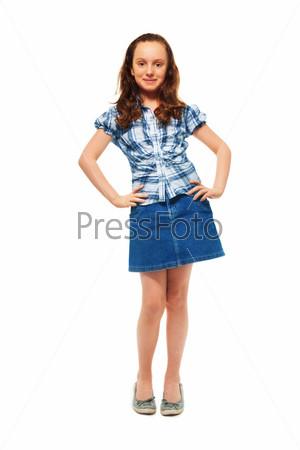 Девушка с руками на бедрах