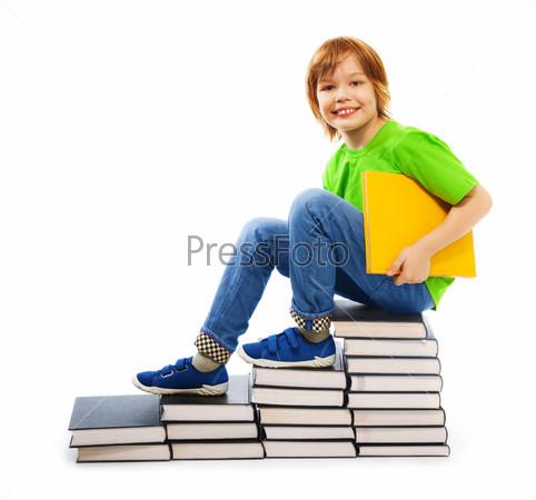 Фотография на тему Умный мальчик на стопках книг