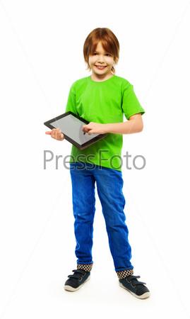 Мальчик играет с планшетным компьютером