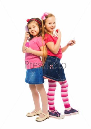 Две девочки изображают взрослых женщин
