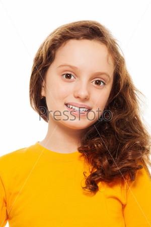 Улыбающаяся девочка-подросток