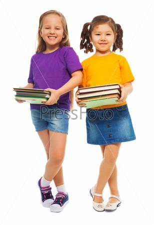 Две девочки с книгами в руках