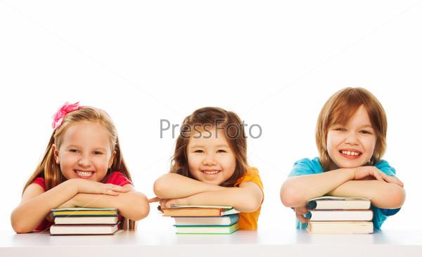 Три умных ребенка на стопках книг