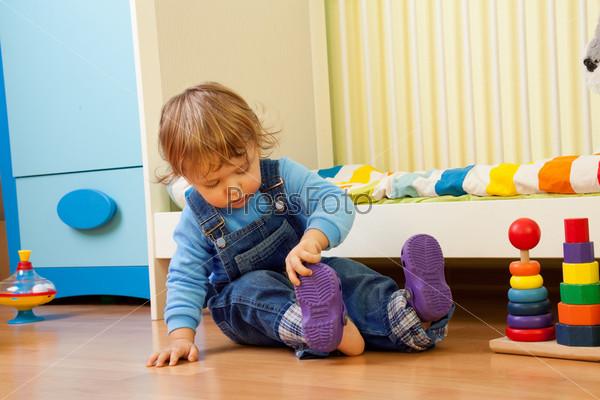 Ребенок надевает сандали