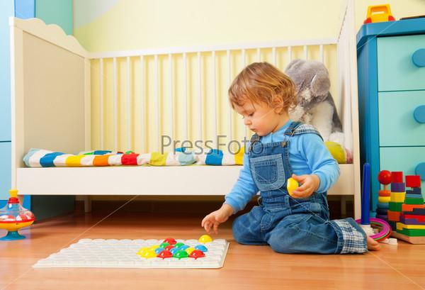 Ребенок собирает мозаику