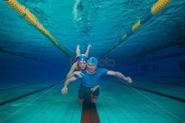 Счастливая пара под водой