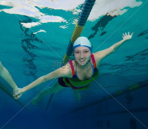 Подводные развлечения в бассейне