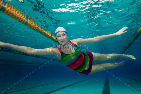 Счастливое плавание в бассейне