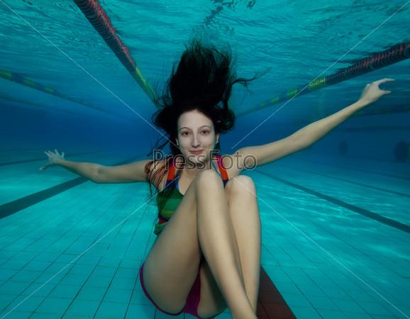 девушки на дне бассейна мамки, чужие