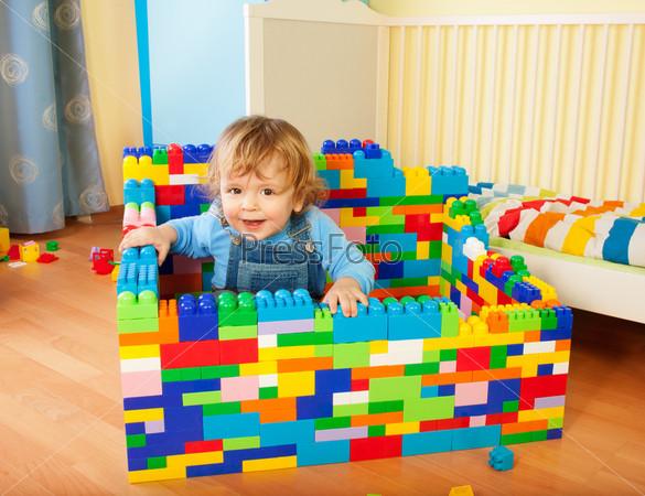 Малыш строит замок