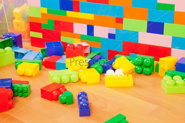 Стены игрушечного замка из пластиковых блоков