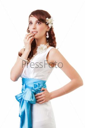 Задумчивая невеста в платье